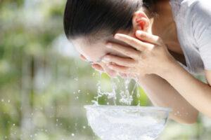 洗顔してる女性